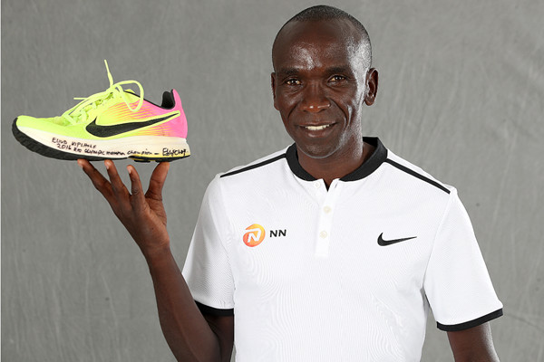 Eliud Kipchoge donates one of his shoes he wore in Rio to help motivate more people to take up running