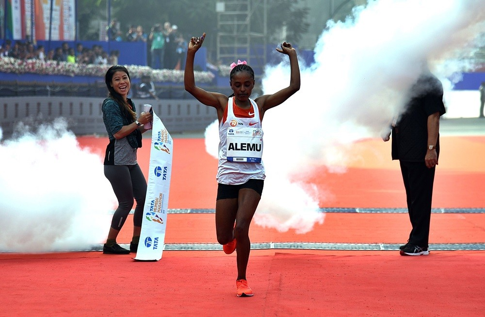 Kenyan´s Cosmas Lagat and Ethiopian´s Worknesh Alemu win the Tata Mumbai Marathon