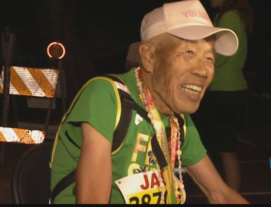 With a smile on his face 88-year-old Sadao Ito finishes the Honolulu Marathon in 17:50.52
