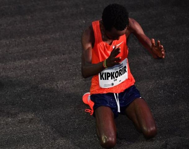 Joshua Kipkorir wins in style at the Singapore Marathon today