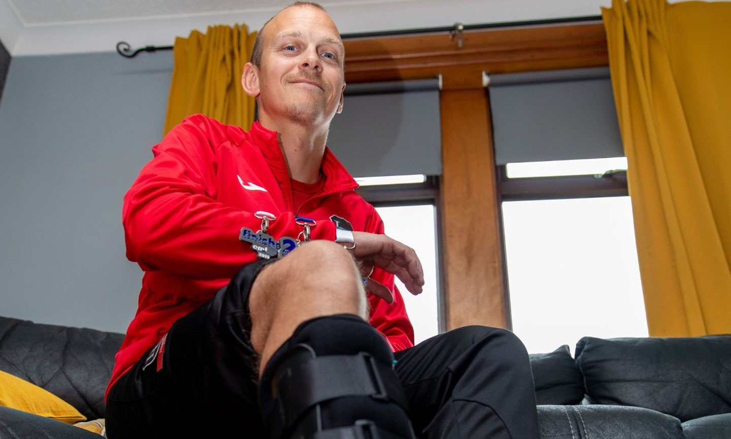 Mike Lewis-Copeland finished the Edinburgh Marathon despite a broken leg