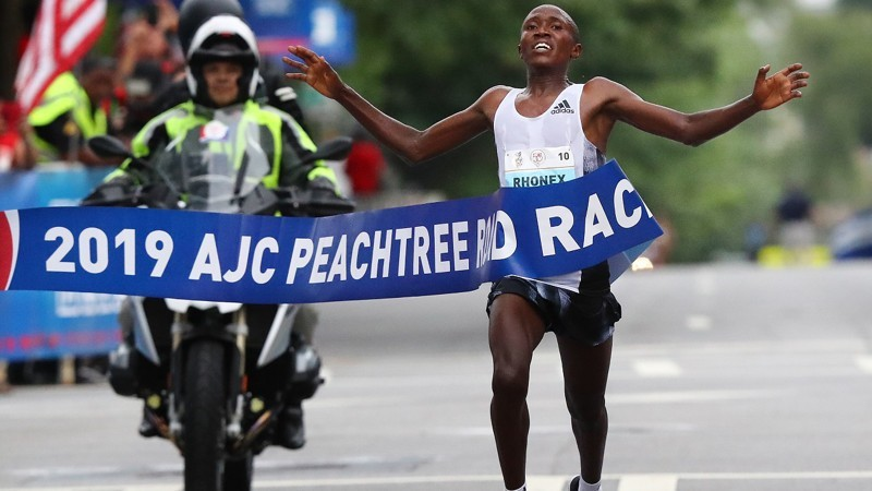 Kenyan Rhonex Kipruto, 19, won the men's elite race with a record-breaking time of 27:01, the Atlanta Track Club said, not only that, he ran the fastest time ever on American soil