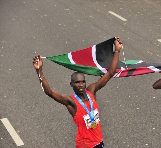 Kenyan Emmanuel Saina set a new South American all-comers record of 2:05:21 at the 34th edition of the Buenos Aires International Marathon