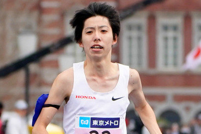 What did Yuta Shitara strap to his arm at  the last aid station at the Tokyo Marathon?