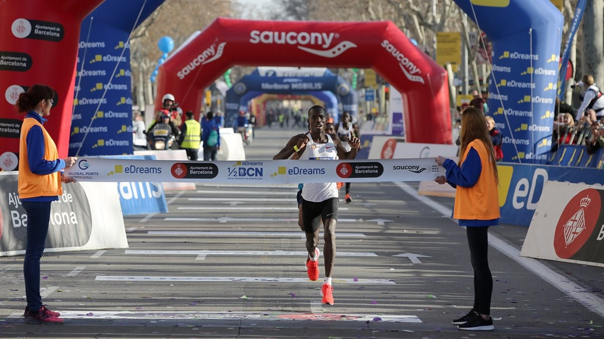 Eric Kiptanui of Kenya and Ethiopia's Roza Dereje take the crown in Barcelona Half-Marathon