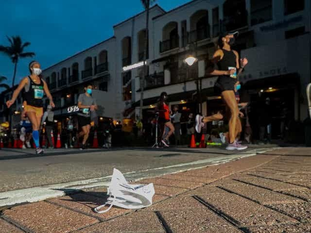 Two runners from Boulder Colorado dominated the 32nd Naples Daily Néws Half Marathon