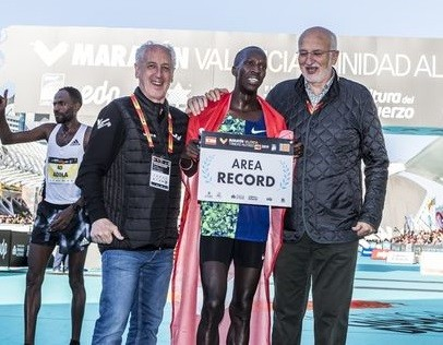Kaan Kigen Ozbilen from Turkey smashed Mo Farah's European record in the Valencia Marathon on Sunday, clocking 2:04:16 to finish second behind Ethiopian debutant Kinde Atanew